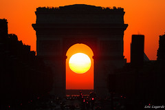 Sunset in the middle of Arc de Triomphe in the 1st august 2011 taken from Rond Point des Champs-Elysees. (Loïc Lagarde) Tags: city sunset paris france architecture europe arc livingroom summerpalace été arcdetriomphe iledefrance etoile ville coucherdesoleil 8ème cuidad 75008 2011 cityoflight placedeletoile canonef100400mmf4556lisusm cityoflove villelumière placecharlesdegaulleetoile canoneos7d champselsyees