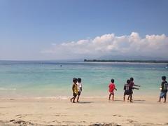 Les enfants qui jouent sur l'île de Gili Air
