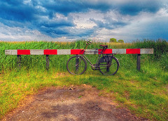 Hier stopt het . (roberke) Tags: weg road end einde fiets bike sky lucht clouds wolken veld field green groen red rood outdoor nature natuur