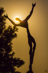 Statue at Living Memorial at Sunset (lycheng99) Tags: livingmemorial mountshasta weed california livingmemorialsculpturegarden sculpture sculpturegarden silhouette sunset halo sun tree goldencolor