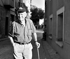 Candid grandpa model (kabezuki) Tags: nikon nikkor 35mm espaa spain street aylln segovia bn bw calle seor bastn wise grandpa d5200