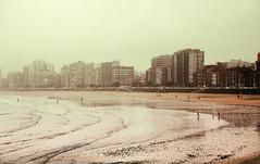 Gijn-Xixn- (Carles Cerulla) Tags: seleccionar gijnxixnplaya silueta asturias norte espaa bruma olas color virado sepia paraguas personas canon 5 d