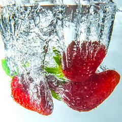 En t les fraises chahutent souvent dans la piscine... (daumy) Tags: bierne nordpasdecalais france fraise plongeon eau water eclac lumire transpaence bulles gouttes fruit rouge nikonflickraward