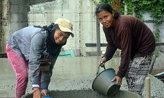 pretty construction workers (the foreign photographer - ) Tags: aug282016nikon two lady construction workers working pail cement khlong bang bua lard phrao portraits bangkhen bangkok thailand nikon d3200