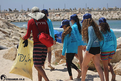 IMG_8804 (Streamer -  ) Tags: ocean sea people green beach nature students ecology up israel movement garbage sunday north group young cleanup clean teen shore bags  nonprofit streamer  initiative enviornment    ashkelon          ashqelon   volonteers      hofit