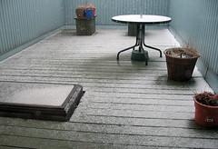 Il fait tellement chaud, j'ai des illusions d'optique... (Robert Saucier) Tags: montral montreal terrasse neige snow plancher floor puitsdelumire skylight table mur wall gris grey bleu blue 1151537