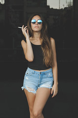 (Mishifuelgato) Tags: mara alicante auditorio gafas de sol negro tabaco fumando short camiseta negra pelo pose portrait retrato photography fotografa nikon d90 50mm 18 aire libre exteriores