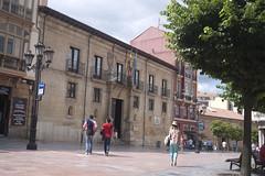 P1280418 (Jusotil_1943) Tags: edificio building arquitectura oviedo sombrero gente banderas parada taxi urban