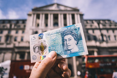 New Fiver | Bank Of England (James_Beard) Tags: fiver fivepoundnote fivepounds currency notes money cash bankofengland threadneedlest cityoflondon sonyrx100m3 queenelizabethii winstonchurchill sunnyday