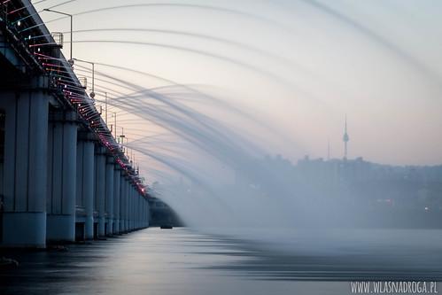 Fontanna na moście w Seulu