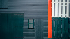 Green, Grey, Red & White (toletoletole (www.levold.de/photosphere)) Tags: fuji fujixpro2 xpro2 xf18135mm zieriksee zeeland niederlande netherlands abstract abstrakt door tor fassade facade holz wood window fenster