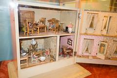 Antique swing-open dollhouse (quinet) Tags: belgien belgique belgium brussels brusselstoymuseum bruxelles brüssel lemuséedujouetdebruxelles spielzeug jouets toys