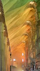 Sagrada Famlia - Lichtinval zuidwestelijke zijbeuk (PortSite) Tags: barcelona espaa art church architecture spain arquitectura nikon interior interieur kunst indoor famlia gaudi inside sagrada glise kerk glas antoni architectuur spanje plafond kleurrijk binnen lood  2015 pilaren  portsite  lichtinval zijbeuk hdr5  d3s