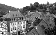 A trip back in time... (RALPHKE) Tags: monschau medieval town city charming buildings building eifel germany eifelnationalpark travel 2016 flickr blackwhite canon canoneos750d cityscape architecture