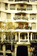 1997-11-25 Barcellona 07 (MicdeF) Tags: barcellona casamil nikon novembre1997 pedrera scan scansione geo:lat=4139529275 casamil geo:lon=216184683 geotagged dia diapositiva slide vecchiefoto