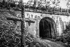 Vers l'autre monde (Laurent VALENCIA) Tags: canon 5dsr 50mpx croix jesus secret noiretblanc bw blackandwhite pont bridge ornement sculpture darkness perdu lost religion