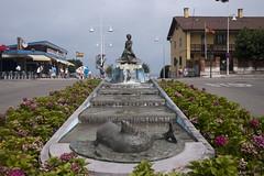 Salinas (Jusotil_1943) Tags: pez fuente agua chimeneas bandera farolas asturias hierro hortensias hydrangeas delfin