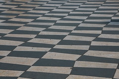 Vacances !!! (Pi-F) Tags: pav mosaque noir blanc nice massna alignement damier rue place sol