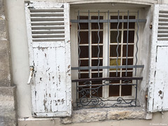 volet blanc pourri (alexandrarougeron) Tags: ville urbain volet fentre bois blanc ancien barreau france paris