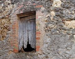 FELLINES (Joan Biarns) Tags: detalle ventana girona finestra catalunya 202 detall empord pladelestany canon7d fellines