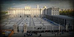 (253/16) Palacio Real de Madrid (Pablo Arias) Tags: pabloarias espaa spain hdr photomatix nx2 photoshop nubes texturas cielo arquitectura cambioguardiareal plazadelaarmera palacioreal madrid camunidaddemadrid edificio gente