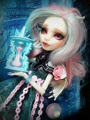 The time is running for everyone (Pliash) Tags: monster high monsterhigh mh rochelle goyle haunted custom full acrlico olhos glass eyes acrylic pink doll