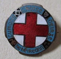 Cumann Chrois Dhearg na hireann (Red Cross Society of Ireland) - membership badge (1940s / 1950s) (RETRO STU) Tags: cumannchroisdheargnahireann redcrosssocietyofireland irishredcross ireland humanitarian enamelbadge