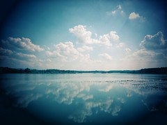 weit drauen (***toile filante***) Tags: lake see nature natur clouds wolken himmel sky blue blau reflection spiegelung summer sommer july juli