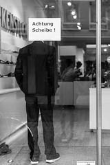 4209 (explored) (.niraw) Tags: frankfurt zeil strasenfotografie bw niraw mann achtungscheibe ladenlokal tr glasscheibe