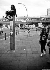 mann auf telefon (josefcramer.com) Tags: europe berlin europa germany kreuzberg leica m m240 p 24mm 24 emarit asph summicron urban strase flaneur josef cramer menschen kotti brgersteig bw schwarz weis monochrome einfarbig stadtleben