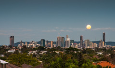 Full Moon Brisbane (Robert Willmett) Tags: brisbane full moon city skyline queensland australia morning