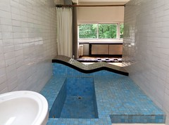 The bathroom of Villa Savoye in Poissy by Le Corbusier (Sokleine) Tags: villasavoye lecorbusier jeanneret architecture modernism poissy 78 yvelines iledefrance france mn unesco bath bathroom tiles baignoire mridienne