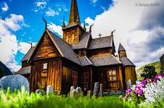 Iglesia de Lom (Norway) (serarca) Tags: lom noruega norway iglesia church madera wood antigua edificio arquitectura medieval stavkirke siglo xii flores flowers tumba tomb lapida stone