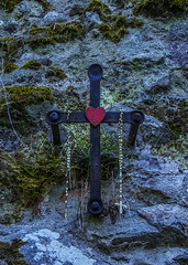 Kereszt (Delfinibi) Tags: hit hungary cross heart olympus crucifix ungarn magyarorszg szv kereszt dobokk valls mzuiko rzsafzr olympusm1442mmf3556iir olympusepl5