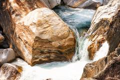 La vita... scorre (CettaCaracciolo ( nei ritagli di tempo )) Tags: nikon natura pietre svizzera particolari correnti valleverzasca concettacaracciolo acquegelide 14luglio2016
