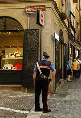Bergamo - Impressionen III (Gerd Trynka-Ottosohn) Tags: italien velvia altstadt oldtown bergamo carabinieri historisch lombardei malerisch cittalta picturesqe trynka fujifilmx30 ottosohnfoto