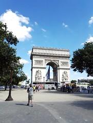 Paris - Arc de Triomphe (delphinebrg) Tags: paris france arc pierre arcdetriomphe extrieur monument champslyses sculpture outdoor ciel sky blue street rue