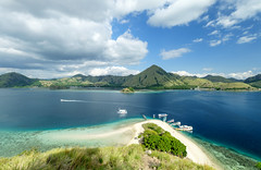 Not a secret island, Komodo National Park, Indonesia (Maria_Globetrotter) Tags: 2016 fujifilm indonesia mariaglobetrotter dscf4032 coral boats