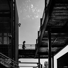 La traverse (Julien Rode) Tags: nb personnage portfolio rue street toulon urban ville