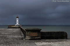 Phare par temps orageux (photos.osmose) Tags: phare mer orage soir eau pluie balises tempsorageux paysage