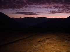 Camino abajo por El Yeso (Mauro Pesce) Tags: night nightphotography ocaso twilight dusk cajondelmaipo valledelyeso embalseelyeso camino road ontheroad clouds mountains losandes andes andesmountains andeschilenos omd em5 outdoors landscape olympus carlight purple