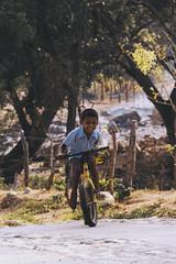 Naturaleza - Cultura - Carcter (SerCorzo) Tags: kid children child nio retrato boy portrait nios infancia childhood kids bicicleta bicycle smiling sonriendo smile sonrisa happy feliz felicidad barefoot town pueblo colombia