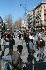 GENTO EN LAS RAMBLAS (Manel Armengol C.) Tags: barcelona people espaa spain gente catalonia catalunya lasramblas 90s catalua westerneurope southerneurope lesrambles rambladebarcelona ramblasdebarcelona barcelonacatalunya barcelonaprovincia pladelos peopleinramblas