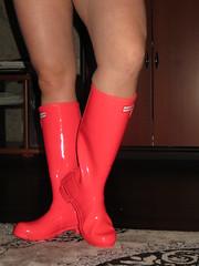 Wearing neo pink Hunters (jazka74) Tags: wellies rubber boots hunter original neo festival wear barefoot fun