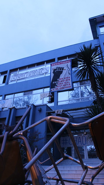 hanging banner at UTEM while on strike and occupied by students