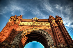 """Las Personas """"The People"""" (Dibus y Deabus) Tags: barcelona cataluña catalunya españa spain cielo sky nubes clouds monumento monument arcdetriomf hdr canon 6d"""