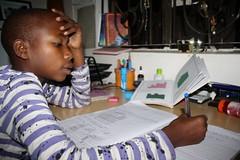 Neema is huiswerk aan het maken