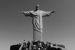 Foto de turista (Bianca B Nascimento) Tags: riodejaneiro rj cristoredentor statue blackandwhite people pontoturstico grayscale christtheredeemer