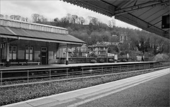Bath Spa station, postcard (frscspd) Tags: film station vanishingpoint bath pentax 28mm railway railwaystation softie ilfordxp2 mx ilford railtracks filmgrain pentaxmx puntodifuga 28mmsoft 20160417 ilfordxp2400bw 49630017 abitlikeanoldpostcard