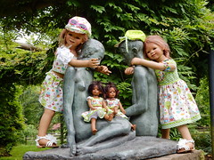 Brüderchen und Schwester mit Kindergartenkinder ... (Kindergartenkinder) Tags: dolls himstedt annette essen park gruga kindergartenkinder blumen sommer annemoni tivi outdoor leleti